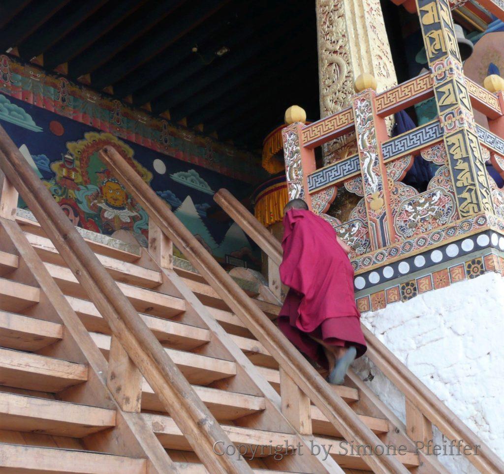 Steile Holzstufen führen in die Räume des Punakha Dzongs.