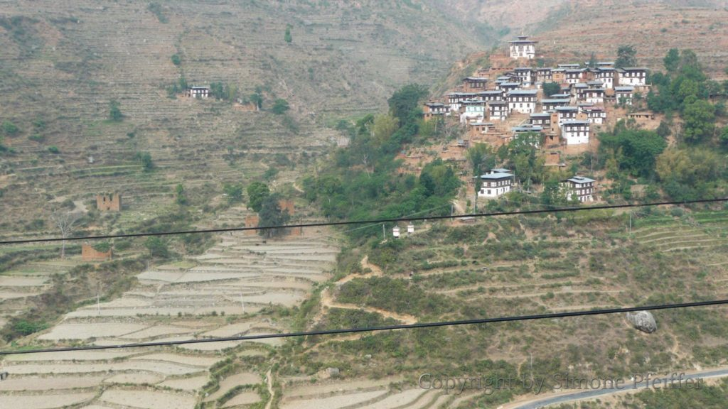 Rinchengang Village vom Wangdue Phodrang Dzong gesehen