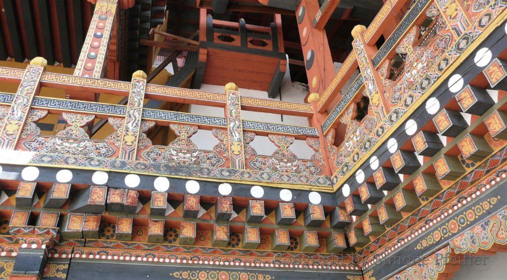 Die reiche Ausmalung mit den Symbolen des Tantra-Buddhismus und die einzigartigen Architektur sind ästhetischer Höhepunkt in jedem Dzong.