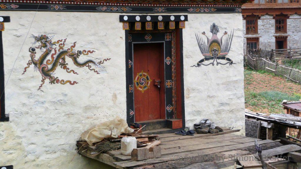 Auch Profanbauten werden mit tantrischen Tieren und Fabelwesen geschmückt. Hier der Drache und Garuda, der Schlangenesser.