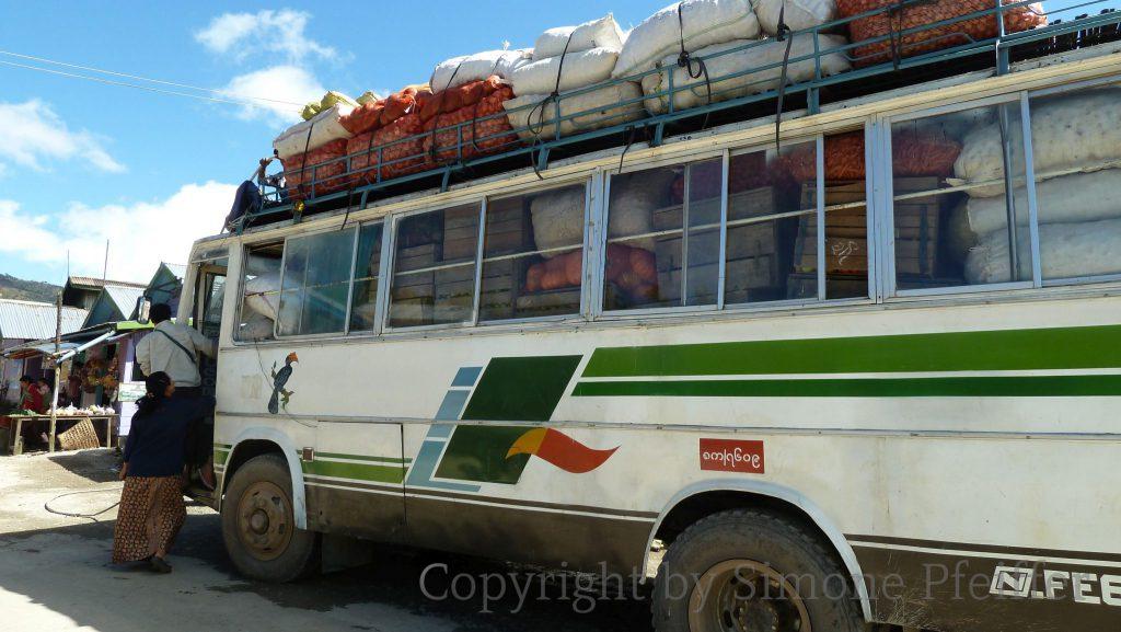 Chin State Bus - Transport von Waren und Menschen, es gibt keine Alternative.