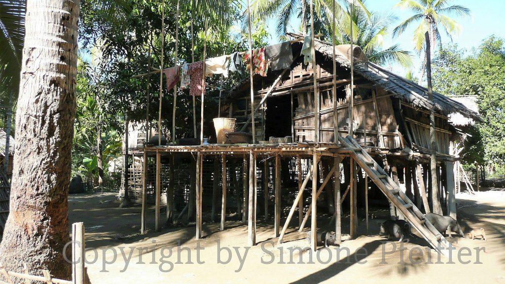 Im südlichen Chin State sind die Temperaturen höher, hier findet mehr Bambus Verwendung.